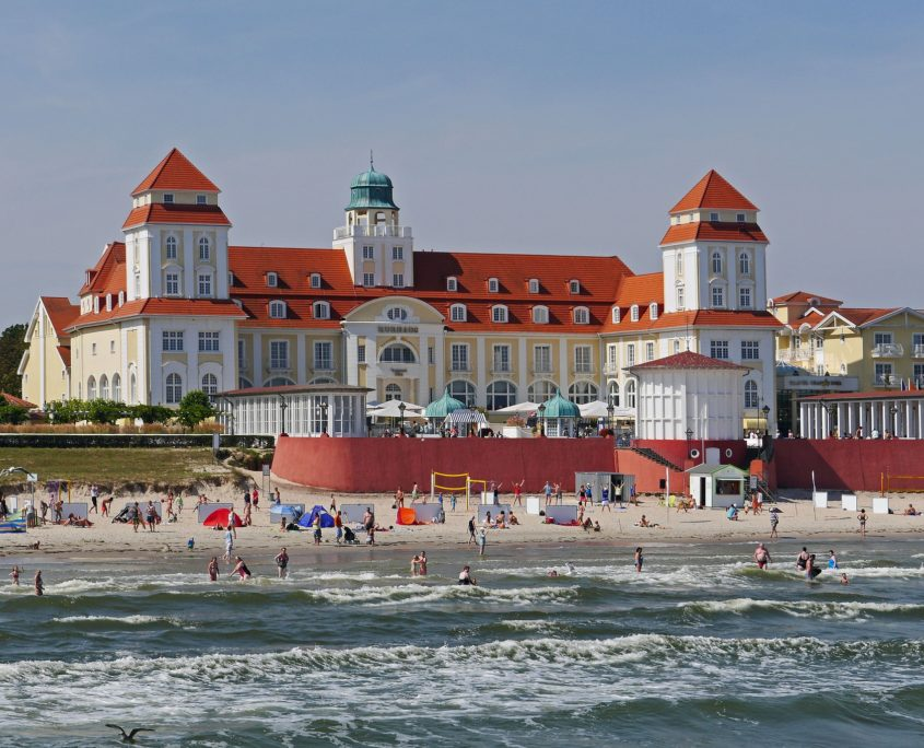 Kurhaus Binz auf Rügen am Strand