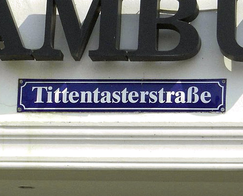 """Straßenschild """"Tittentasterstraße"""" in der Hansestadt Wismar"""