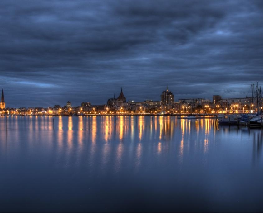 Skyline von Rostock bei Nacht
